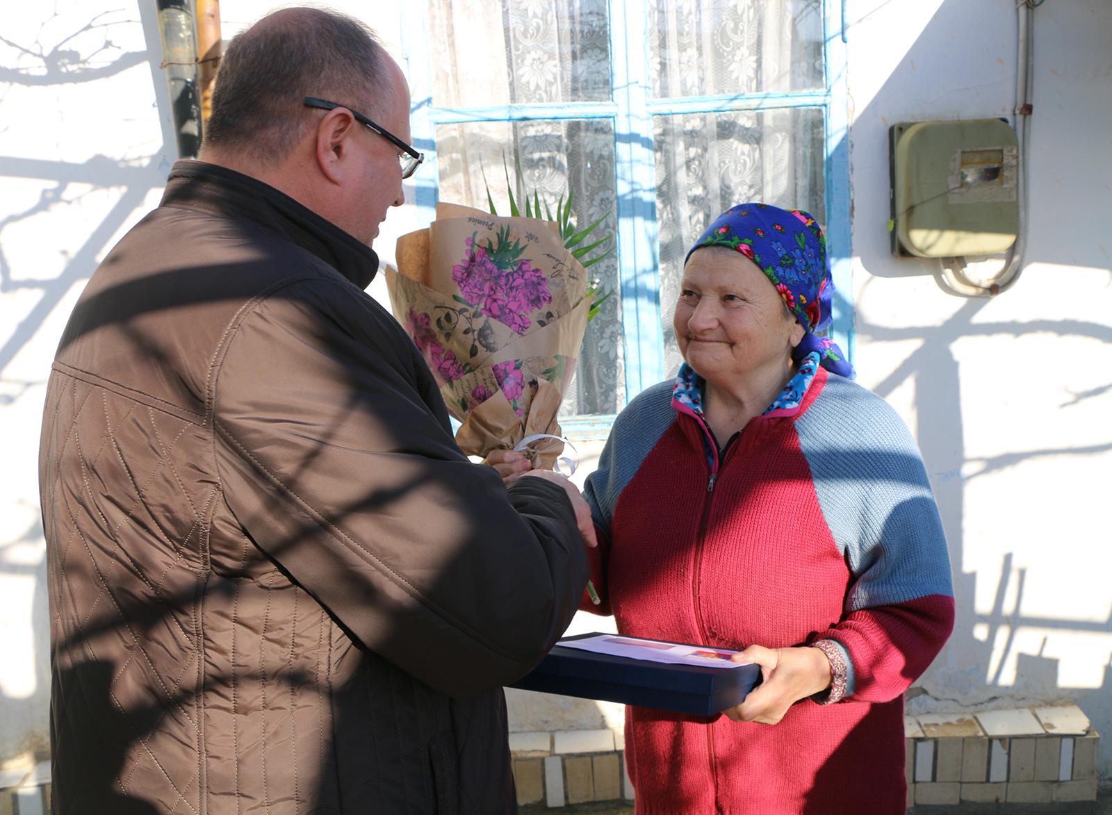 Сергей Новиков передал ветеранам из Морского и Междуречья поздравления с юбилеем от Президента России